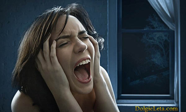 девушке ночью приснился страшный сон и она проснулась от ужасов