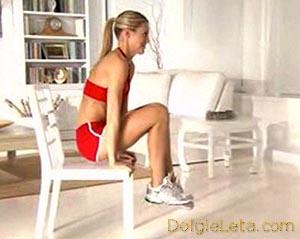 Фитнес дома – девушка на стуле