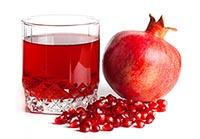 Плод граната и гранатовый сок в стакане
