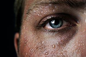 Часть лица мокрое от пота