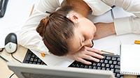 Девушка уснула на рабочем месте - синдром хронической усталости