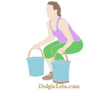 девушка занимается с ведрами наполненные водой