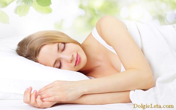девушка правильно спит на белой подушке