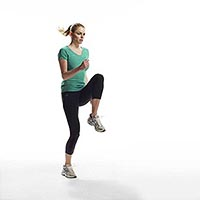 девушка занимается бегом на месте для похудения