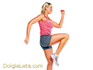 женщина в розовой футболке занимается бегом на месте