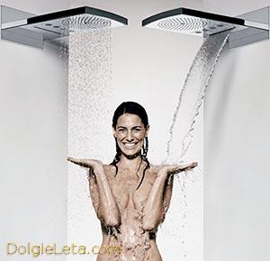 девушка обливается холодной водой с двух сторон
