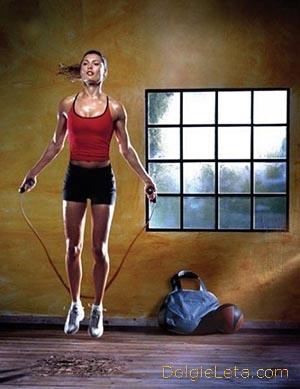 девушка занимается в зале упражнениями на скакалке
