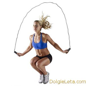 девушка присев прыгает на скакалке - скакалка над головой