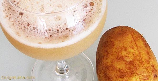 бокал картофельного сока и картофель