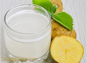 картофельный сок в стакане и картофель