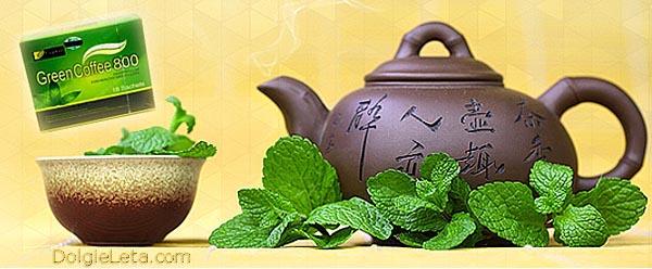 кофейник, чашка, зеленая листва кофе