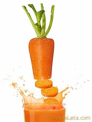 Морковь и полезный морковный сок в стакане