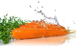 чистая морковь в воде для приготовления сока