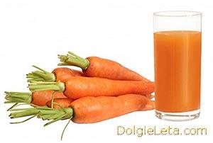 Морковный сок в стакане и морковь