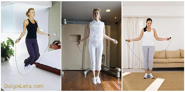 три женщины занимаются прыжками на скакалке дома в квартире