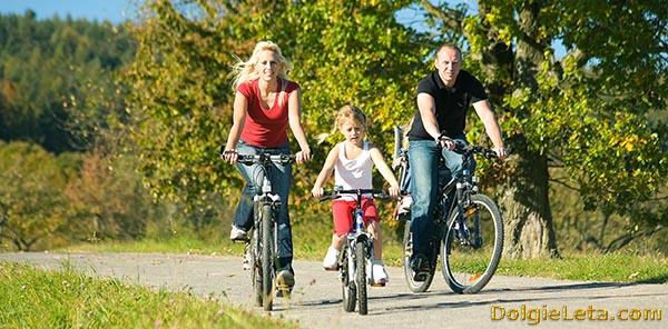 Семья на велосипедах - за здоровый образ жизни