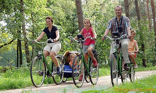 Семья катается на велосипедах: за здоровый образ жизни