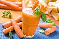 стаканчик морковного сока и морковь