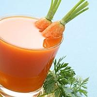 стакан с полезным морковным соком