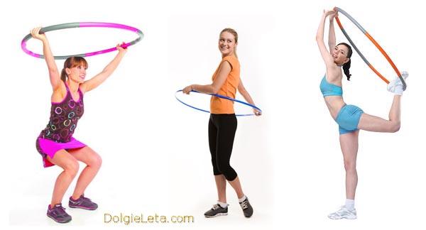 девушки делают упражнения с хулахупом