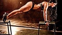 Воркаут для начинающих: девушка делает упражнения на табуретах