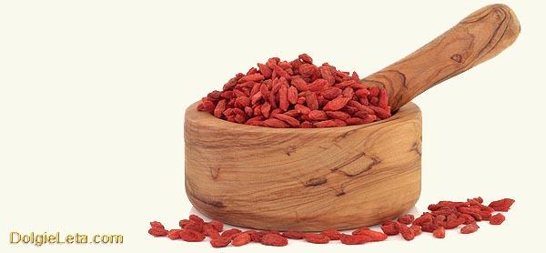 ягоды Годжи в деревянном ковшике