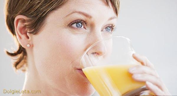 женщина пьёт стакан картофельного сока