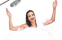 девушка в ванне под душем - закаливание холодной водой