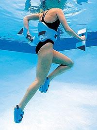 Женщина занимается в бассейне аквааэробикой - упражнения для похудения.