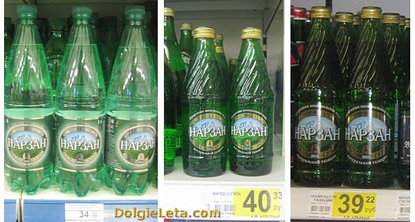 """Бутылки с водой на полках в магазине """"Ашан"""" и """"Семья"""" с ценой."""