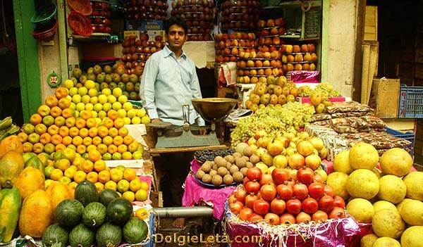 Продажа экзотических фруктов на индийском рынке