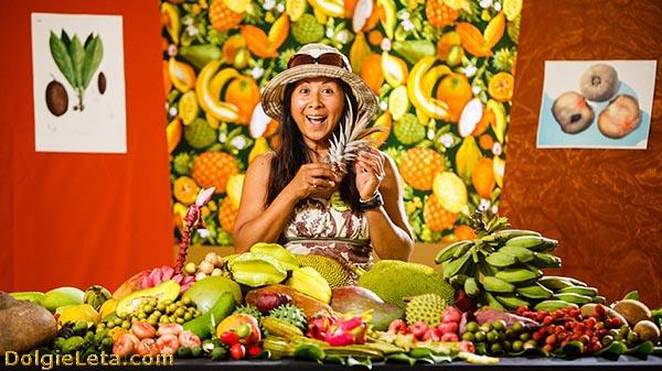 Женщина продаёт китайские экзотические фрукты