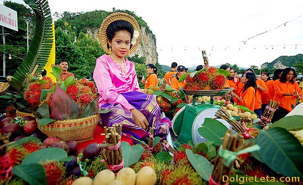 Продажа экзотических фруктов на фестивале в Тайланде