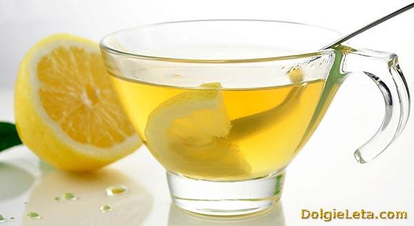 Лечение лимонным соком. Лимонный напиток в кружке.