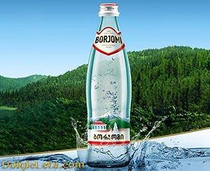Питьевая минеральная вода Боржоми - бутылка на фоне гор