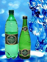 Бутылки полезной минеральной воды Рычал-Су.