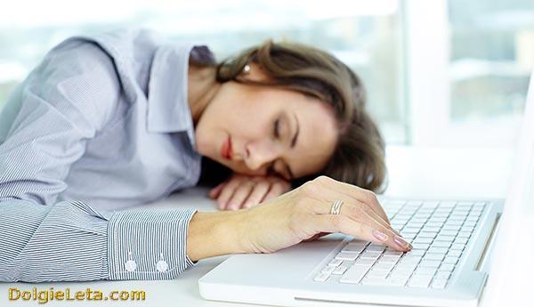 Переутомление на работе по причине хронической усталости  у женщины