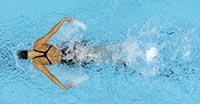Женщина плывет стилем баттерфляй