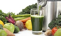 Зеленый полезный свежевыжатый сок.