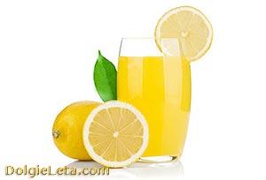 Полезный лимонный сок в стакане
