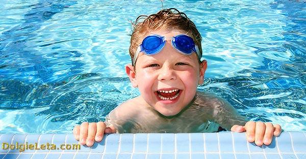 Чем полезен бассейн для детей - малыш купается в бассейне