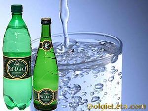 Природная лечебная минеральная вода Рычал-Су в стеклянной и пластиковой бутылке и в стакане.