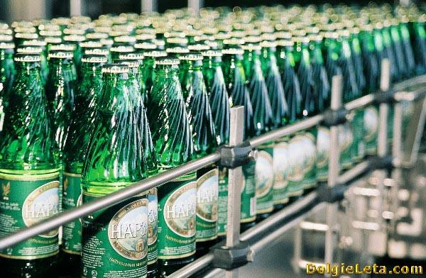 Стеклянные бутылки с минеральной водой Нарзан на производстве.
