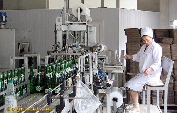На производственной линии разлива и упаковки мин воды Рычал Су