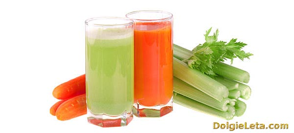 Сок морковный и сок из сельдерея в стаканах