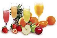 Фрукты и свежевыжатые соки в бокалах