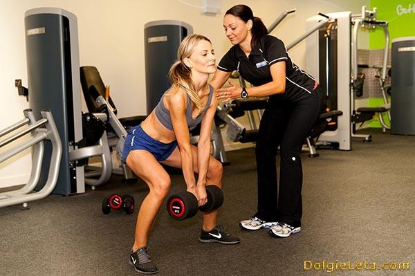 Тренировка в спортзале для начинающих с инструктором.