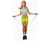 Девушка выполняет упражнения для похудения со скакалкой
