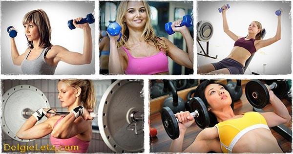 Женщины занимаются в спортзале упражнениями с гантелями и штангой.