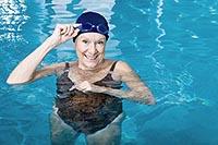 Женщина узнает как правильно плавать в бассейне